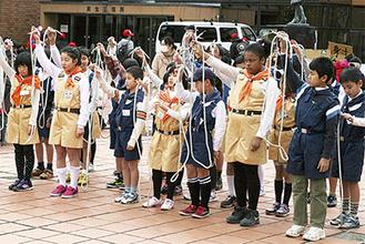 訓練したロープの結索を披露する子どもたち