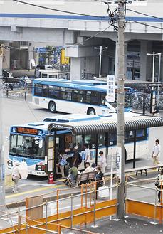 重要な交通手段となる市バス