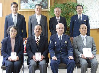 前列左から今会長、小松原会長、小林署長、中島会長