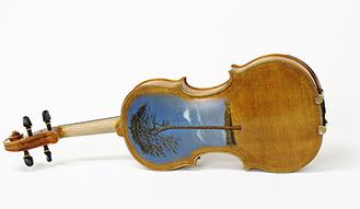 演奏家がリレー形式で音を奏でる被災木材でつくられたバイオリン(写真提供/命をつなぐ木魂の会)