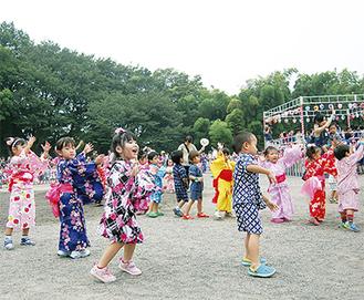 体全体を使って踊る園児たち