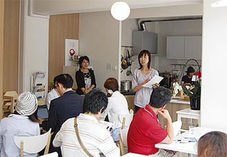 カフェで講義する平松さん
