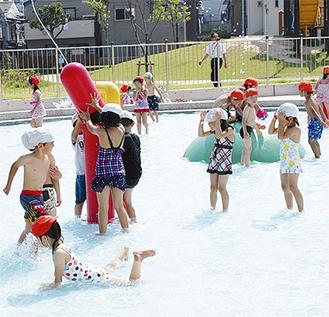 水遊びを楽しむ子ども達