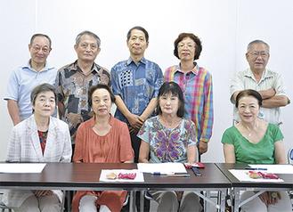 8月21日の歌会に集まったメンバー(後ろ中央が太田代表)。各作品について意見を出しながら、わきあいあいと楽しんだ