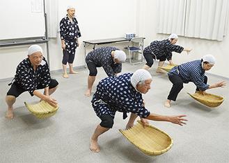 三浦講師(左から2人目)の指導を受けながら練習するメンバー