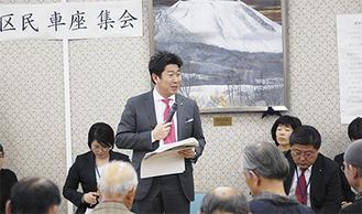 地域住民に考えを述べる福田市長