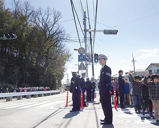設置された信号のもと、横断歩道を渡る子どもたち
