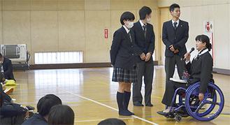 生徒の質問に答える成田さん(右)