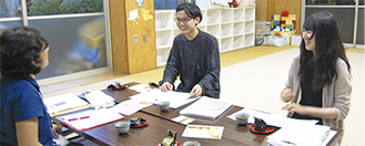 岡上分館の担当者とミーティングを重ねる土橋さん(右)と林さん(中央)