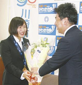 福田市長から花束を受け取る浜田選手(左)