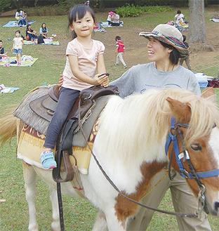 ポニー乗馬を体験する子ども