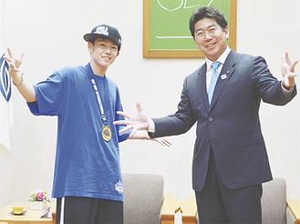 福田市長とダンスのポーズをとる財津くん(左)