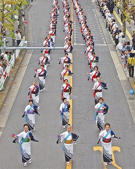 区役所前の通りでは多くの団体がパレードに参加