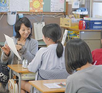 児童が書いた感想について話をする北原さん(左)