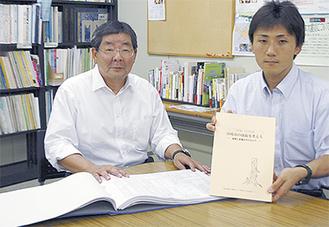 決算カードを開く江井理事長(左)と白書を手にする村松秀幸事務局長