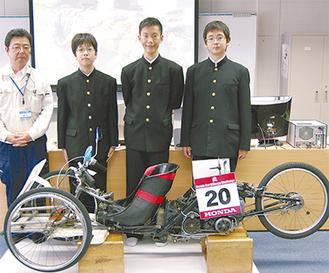左から同部顧問の瀧村晃教諭、大津さん、東さん、谷川さん