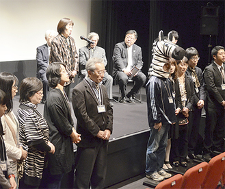 ボランティアスタッフの前であいさつする白鳥代表(左から6人目)