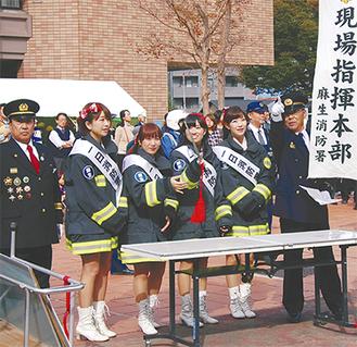 訓練で現場指揮を執る川崎純情小町☆のメンバーら