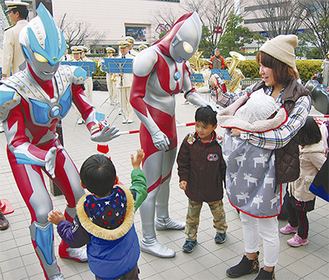 ウルトラヒーローとふれあう子どもたち