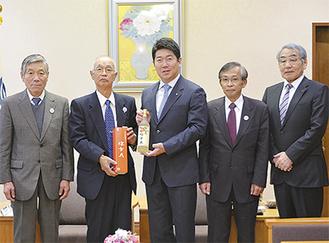 水野会長(左から2人目)からワインを送られた福田市長(中央)