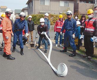 訓練を行う消防署員とはるひ野町会会員