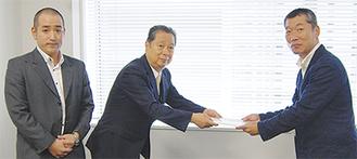 協定書を渡す鳥海理事長(中央)と齋藤副理事長(左)