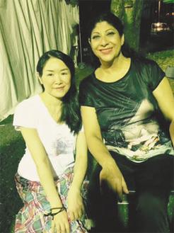 マヌエラ氏(写真右)の公演に参加した中島さん(写真左)