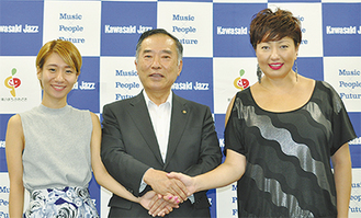 握手を交わす山田委員長と桑原さん(左)、ギラジルカさん