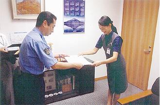 感謝状を手渡す三鬼署長(写真左)
