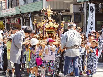 百合ヶ丘駅前ロータリーを盛り上げるこども神輿