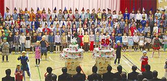 学校「50歳の誕生日」を祝う児童ら