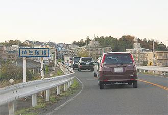慢性的な渋滞箇所となっている柿生陸橋