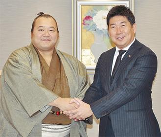 豊ノ島関と握手を交わす福田市長