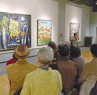 12日には作家による作品解説が行われ、多くの人が集まった