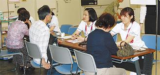 血管年齢測定を行う看護師ら