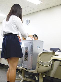 実際の投票箱を使って投票が行われた