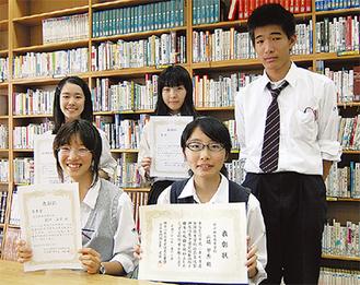 詩のボクシングに参加した2年生生徒。前列右から山崎さん、村松さん、後列右から高橋さん、三上さん、折戸さん