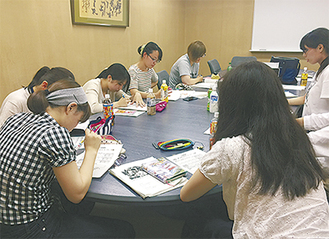 会議する実行委員のメンバー