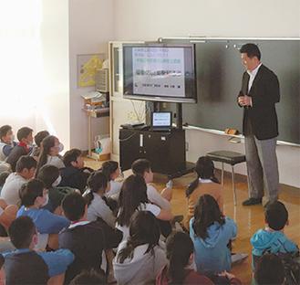 小倉氏の講演に聞き入る児童たち
