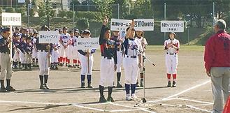 開会式で宣誓する男女2選手