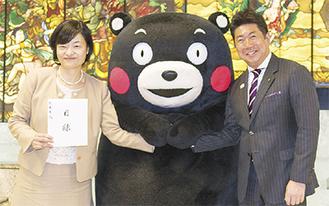 くまモンを囲んで記念写真におさまる福田市長(右)と田上熊本市東京事務所長
