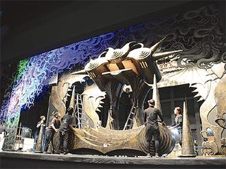 舞台装置の試し吊り(©GONTZ)