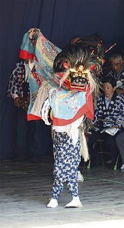 舞を披露する菅獅子舞保存会