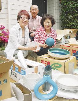 井原さん(写真中央)宅を訪れた倉田さん(右)と阿部さん(左)