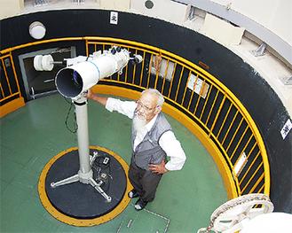 天体観測室に立つ石井和明学園長