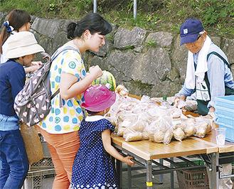 新鮮な野菜を買い求める親子連れ