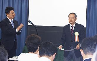 福田市長から表彰を受けた植木さん(右)