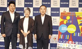 (左から)記者発表に臨んだ福田紀彦川崎市長、歌手の伊藤君子さん、山田実行委員長