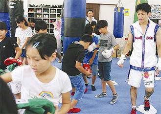 児童に指導する黒田選手(右)
