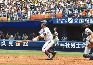 3回裏、一時同点となる満塁弾を放つ桂川選手